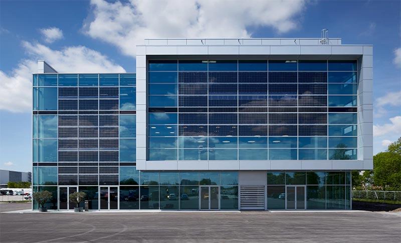 Die Photovoltaikanlage des Brand Experience Center ist ca. 450 m² groß und liefert rund 42.000 Kilowattstunden Strom pro Jahr. Quelle: AUDI AG