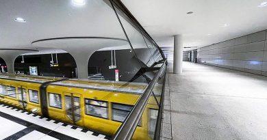 """Pilzartige Säulen und edel geschliffene Textilbeton-Fassaden im Terrazzolook: Der neue U-Bahnhof """"Rotes Rathaus"""". Bildquelle: Oertel"""