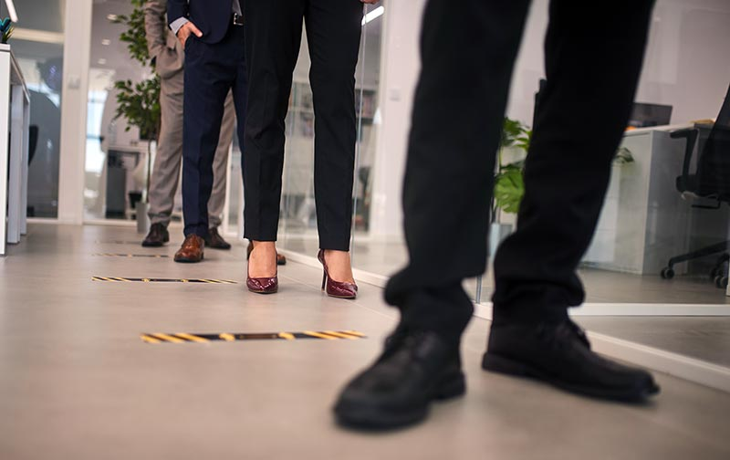 Eine Option für Büros, die in einer Post-COVID-19-Welt arbeiten, ist, dass Büros als zentrale Drehscheiben bestehen bleiben, in denen leitende Manager anwesend sind, und Mitarbeiter einmal oder zweimal pro Woche hinfahren, um mit ihren Vorgesetzten zusammenzutreffen.