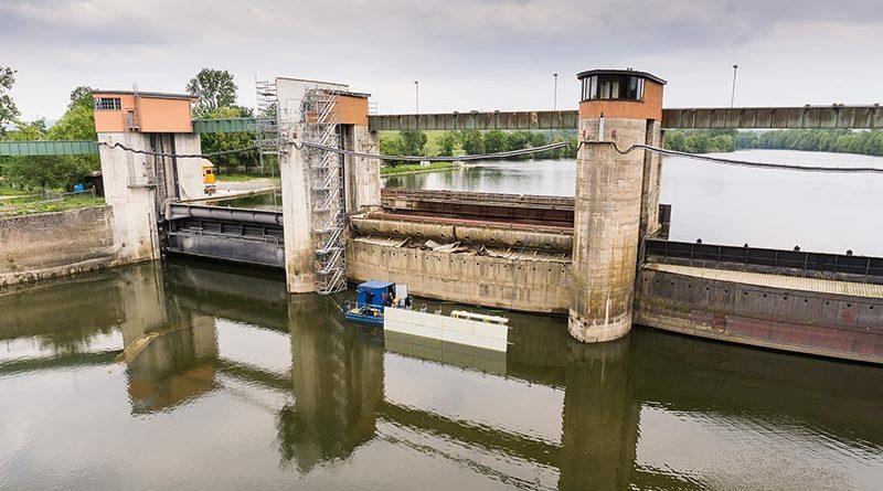 Sanierung im laufenden Betrieb: Zwei der drei Wehrfelder müssen stets für den Wasserabfluss offen bleiben. Bildquelle: NOE-Schaltechnik
