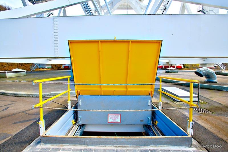 Diese Klappe trennt den unterirdischen Werkstatt- und Lagerbereich vom Außenbereich und ermöglicht somit den Transport größerer Lasten über eine Deckenöffnung. Bildquelle: TwooDoo für System Schröders