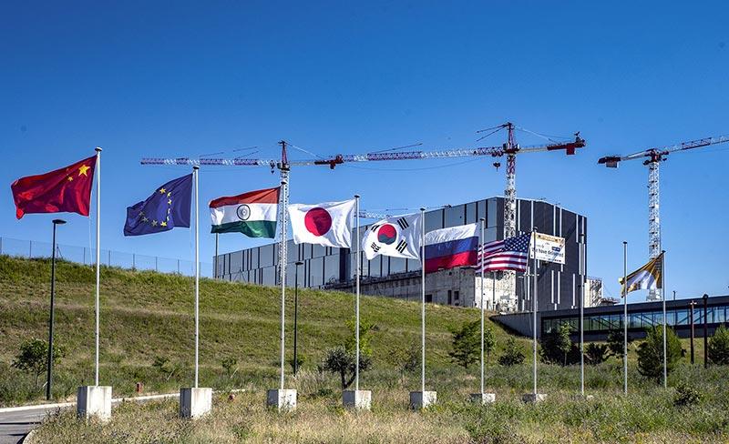 In der französischen Provence wird seit nunmehr 14 Jahren das ehrgeizigste Forschungsprojekt der Geschichte zur langfristigen emissionsfreien Energiegewinnung realisiert. Unter dem bedeutungsträchtigen Akronym ITER arbeiten insgesamt 35 Nationen am bislang größten Kernfusionsreaktor. Bildquelle: KONSTANDIN GmbH