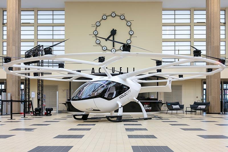 Volocopters VoloCity-Modell im Atrium des Nationalen Luft- und Raumfahrtmuseums von Frankreich während des Paris Air Forums. Bildquelle: Volocopter