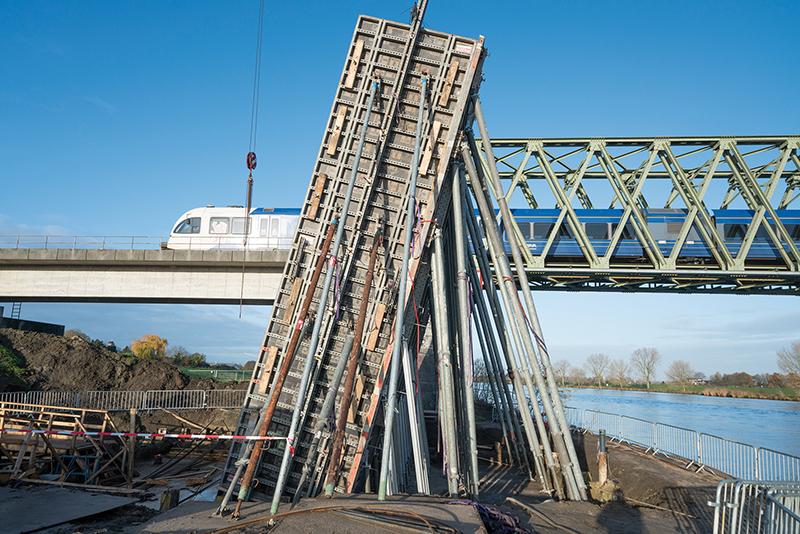 Die Radbrücke ist in ihrem Erscheinungsbild der benachbarten Eisenbahnbrücke angepasst. Foto: NOE-Schaltechnik