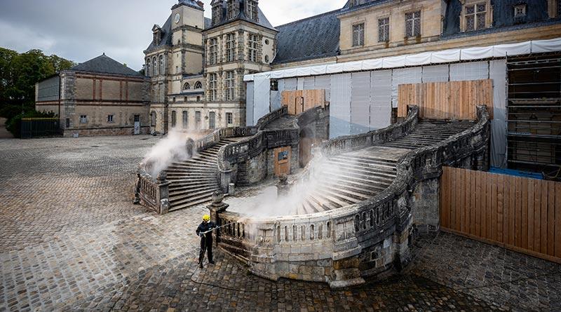 Hufeisentreppe am Schloss Fontainebleau gereinigt