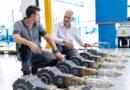 Stefano Calandri (rechts), Projektmanager bei Vanzetti Engineering, im Vanzetti Werk in Cavallerleone nahe Turin mit Pumpen der Baureihe VT-1. Bildquelle: Vanzetti Engineering