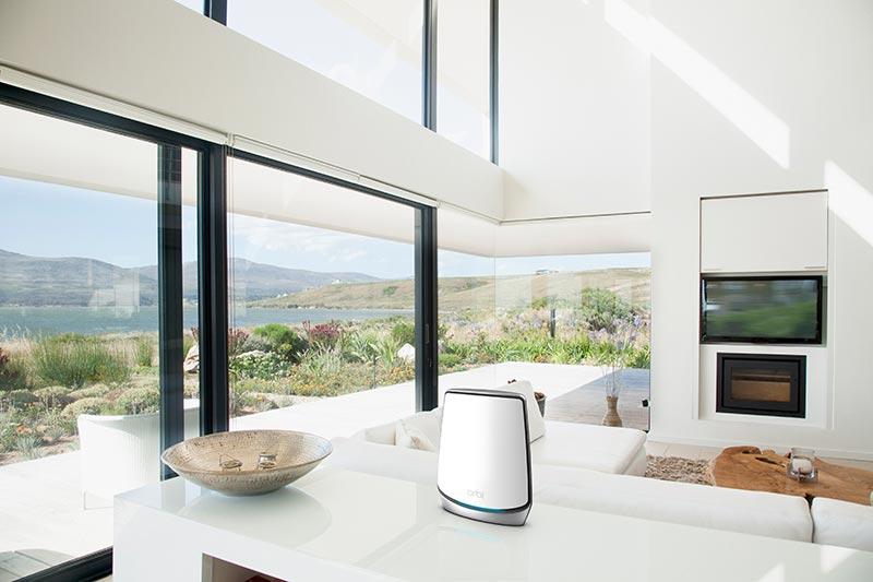 Die Geräte des NETGEAR Orbi WiFi 6 Tri-Band-Mesh-WLAN System sehen sehr modern aus und zeigen ein gutes Design. Man kann sie also wirklich herzeigen und tatsächlich im Wohnzimmer platzieren.